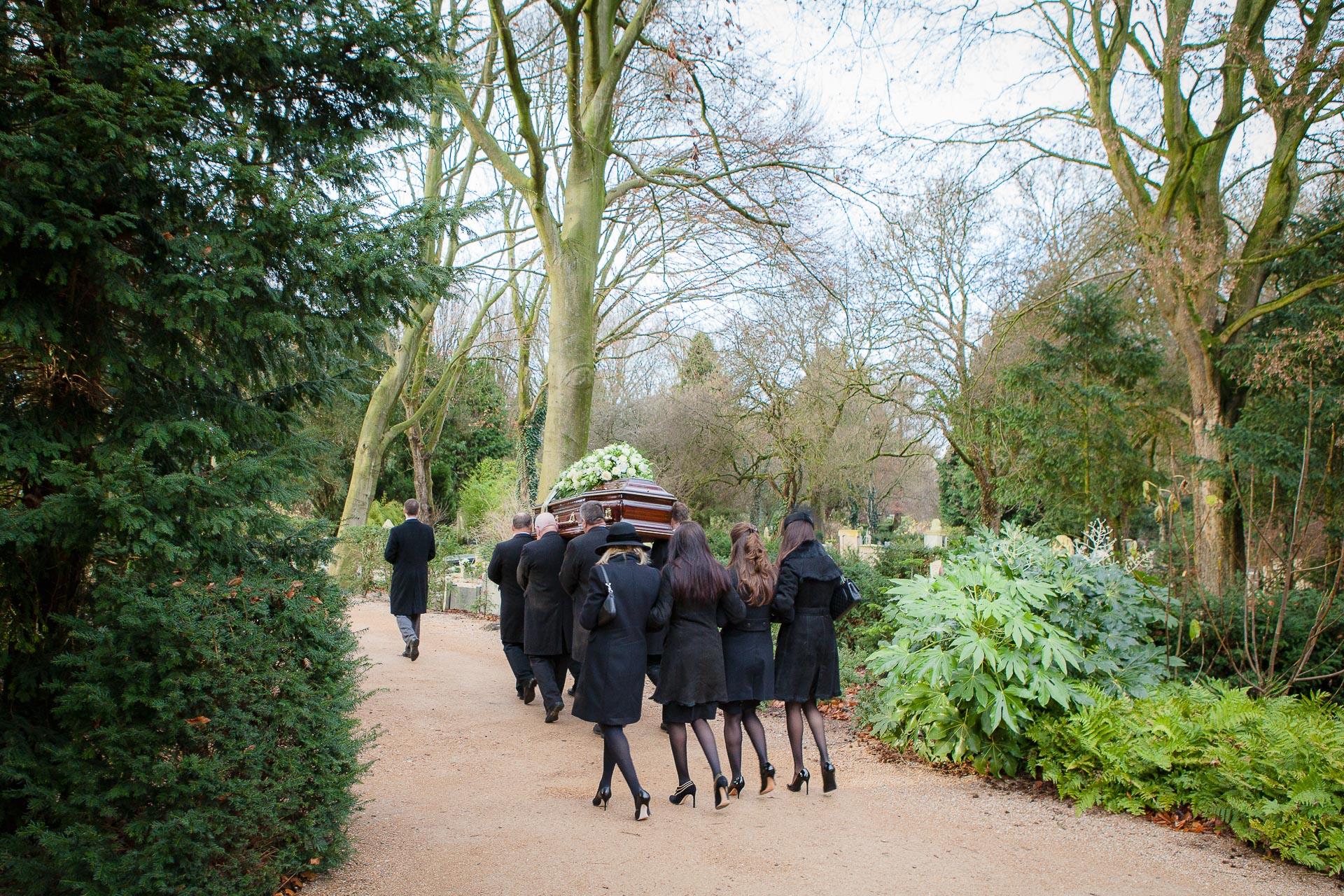 Familie loopt achter de kist bij een afscheid op Zorgvlied