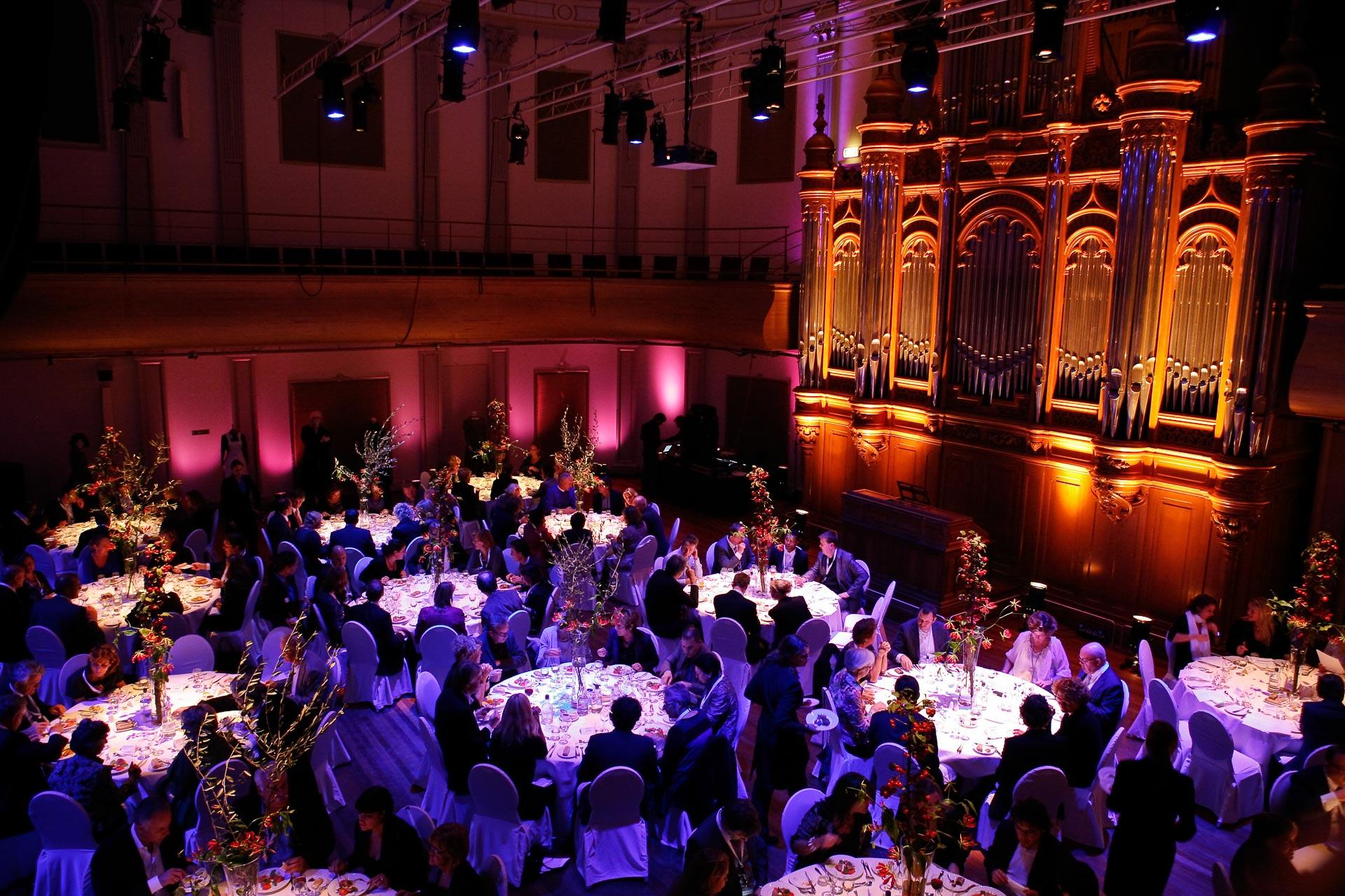 Zakelijk diner in de Philharmonie op het podium