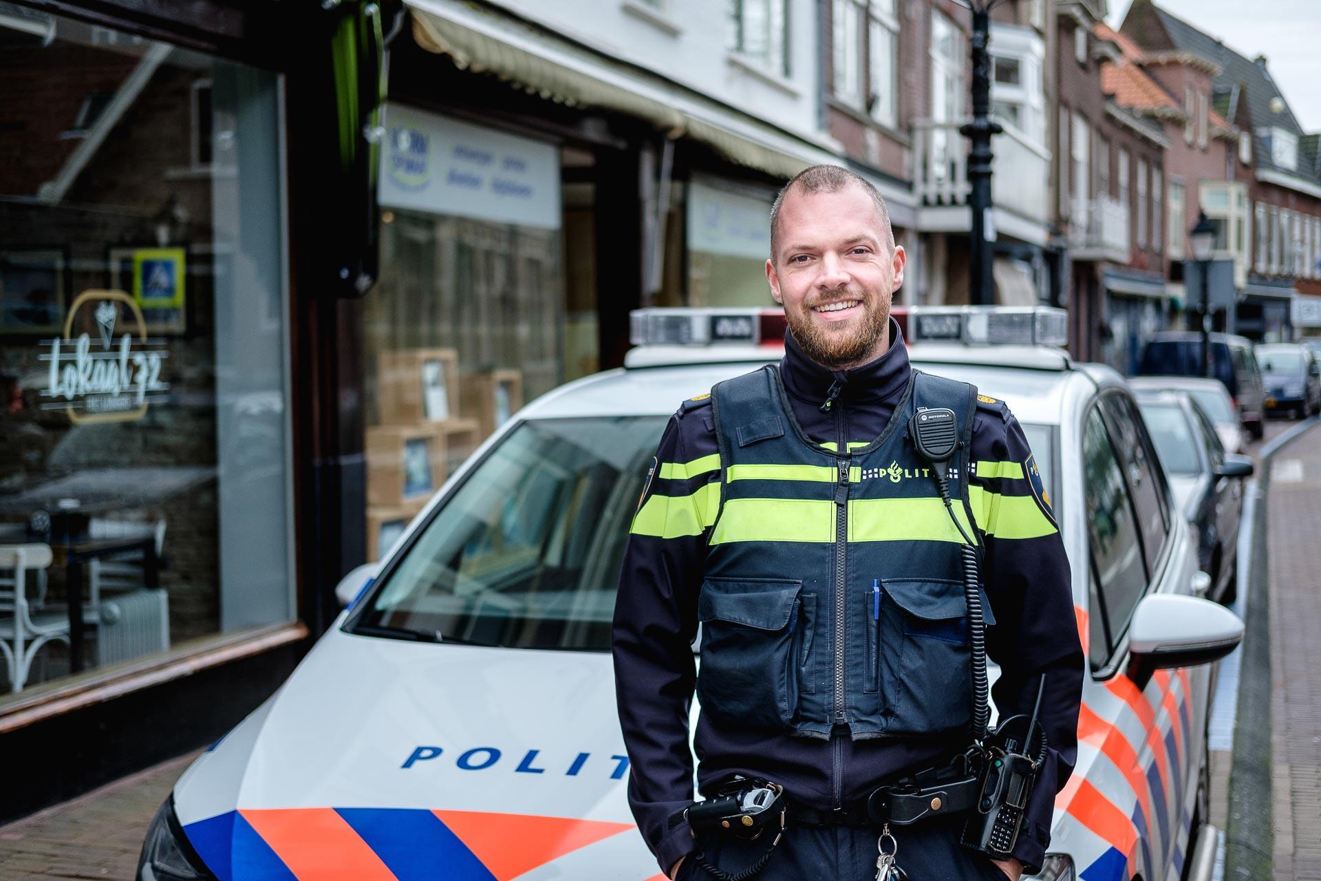 Portret agent in de dorpsstraat Overveen